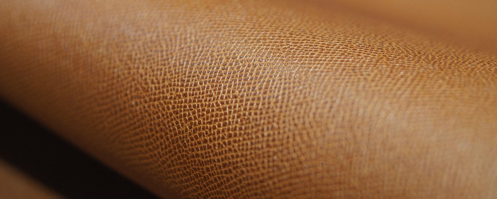 L aspect grainé est obtenu grâce à des presses et des plaques chauffées qui  impriment le cuir du motif sélectionné. Le rendu, durable, est fonction de  la ... e8eabd3682a